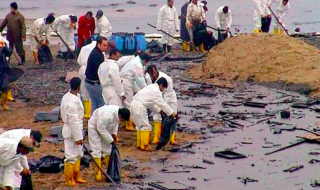 Oil spill clean up workers on Louisiana's oil inundated shores in 2010. (Photo: LEAN)