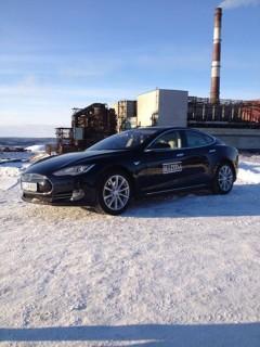 Bellona parks its Tesla near the industrial facilities in Nikel on the Kola Peninsula. (Photo: Bellona)