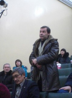 A member of the audience asking a question regarding decommissioning of the AECC's Site 310, Angarsk, December 5, 2014. (Photo: Andrei Ozharovsky / Bellona)