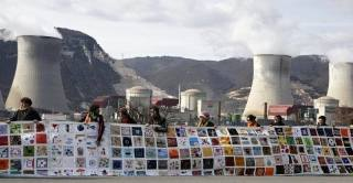 A human chain protest of a nuclear site in France. (Photo: Ecodefense.)