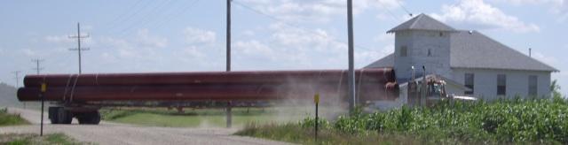 A truck hauling 36-Inch Pipe to build Keystone-Cushing Pipeline southeast of Peabody, Kansas, USA (Photo: Wikipedia)